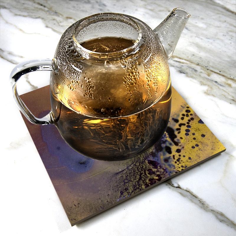 """""""Heating Purple"""" de Yannick Pirson sur sous-plat en céramique"""
